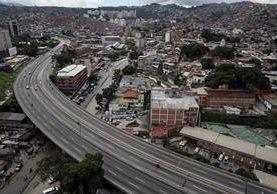 Vista de una autopista parcialmente vacía hoy durante el primer día de la huelga general. (Foto Prensa Libre:EFE).