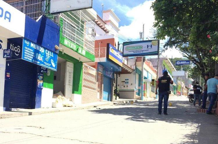 El hecho ocurrió frente al Parque Central de Concepción Las Minas. (Foto Prensa Libre: Mario Morales)