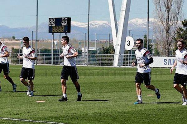 Los jugadores disponibles trotaron y realizaron varios ejercicios durante el entrenamiento. (Foto Prensa Libre: RealMadrid.com)