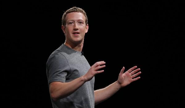 Mark Zuckerberg junto a DJ Koh, Presidente de negocios de Samsung Electronics, en Barcelona. (Prensa Libre AP)
