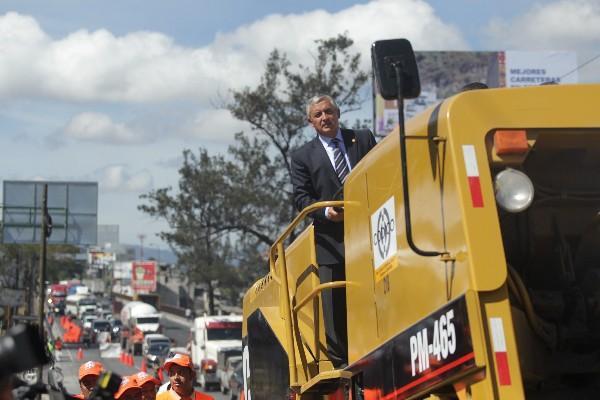 El presidente Otto Pérez Molina observa desde una máquina el área que será reparada  en la salida al Atlántico.