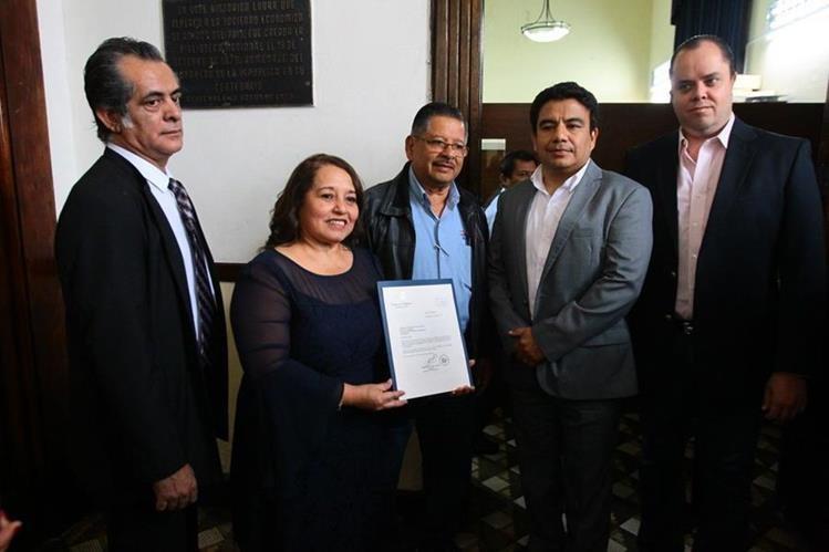 Diputada Flore de María Chajón presenta iniciativa para instaurar el Día Nacional del Mecánico. (Foto Prensa Libre: Jessica Gramajo)