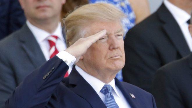Según medios estadounidenses, Trump tuvo la idea de organizar un gran desfile militar tras presenciar el desfile del Día de la Bastilla en Francia el año pasado. GETTY IMAGES
