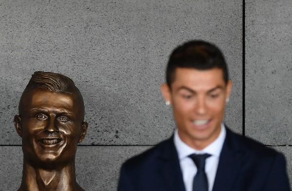 El busto de Cristiano Ronaldo causó polémica en las redes sociales. (Foto Prensa Libre: AFP)