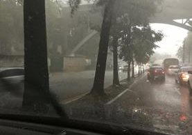 Lluvia causa complicaciones de tránsito en la zona 4 de la capital. (Foto Prensa Libre: Ana Lucía Ibarra)