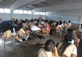 Los estudiantes de algunas secciones de la Escuela de Comercio 2 tienen entre 10 y 20 períodos libres a la semana, debido a la falta de maestros. (Foto Prensa Libre: Esbin García)