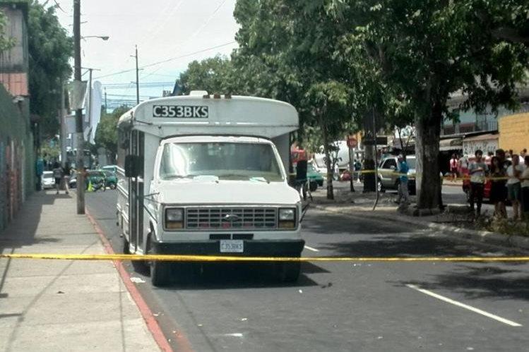 Este es el vehículo atacado en la colonia Nimajuyú. (Foto Prensa Libre: Estuardo Paredes)