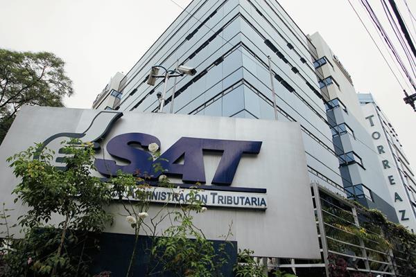 Fachada del edificio de las oficinas Centrales de la Superintendencia de Administración Tributaria SAT. (Foto Prensa Libre: Edwin Bercián).