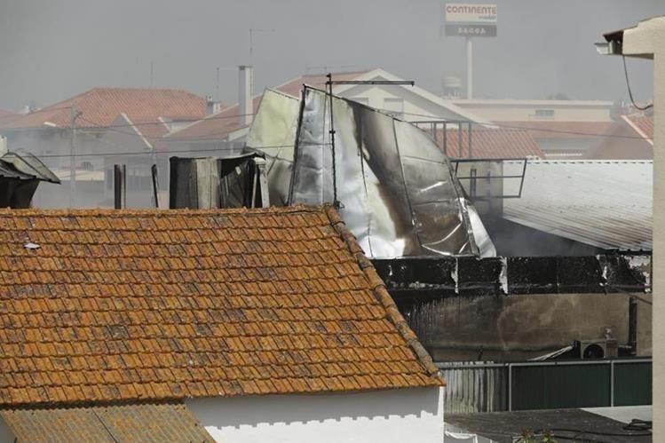 Una avioneta con cuatro personas a bordo se estrelló este lunes en Tires, a unos 25 kilómetros de Lisboa, Portugal. (Foto Prensa Libre:Internet)