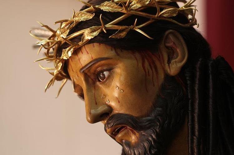 Para los devotos ver el nuevo rostro de Jesús es algo contrastante debido al trabajo de reconstrucción y limpieza.
