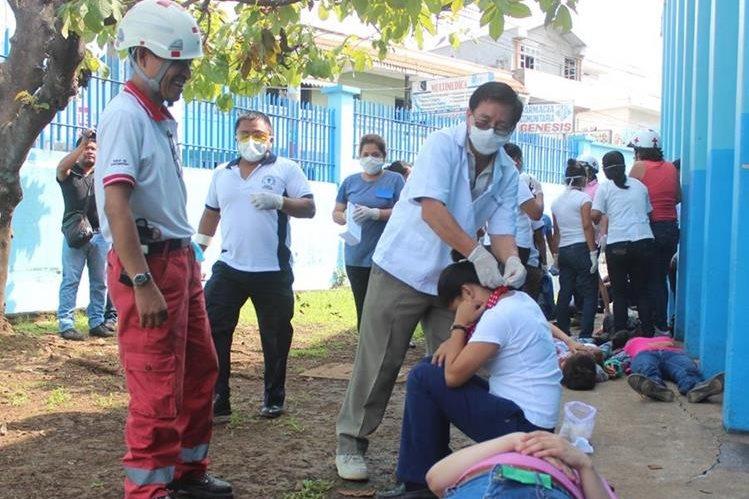 Socorristas atienden víctimas por sismo e incendio en simulacro en Coatepeque, Quetzaltenango. (Foto Alexánder Coyoy)
