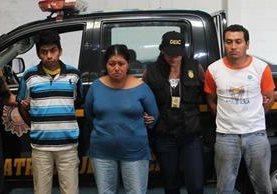 Los tres capturados sindicados de prostituir y abusar a dos menores. (Foto Prensa Libre: Érick Ávila)