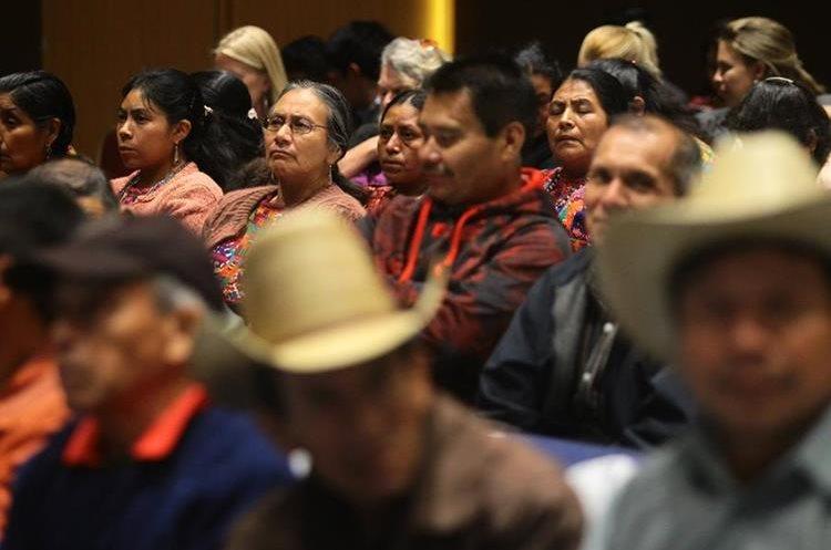 El Gobierno present— este martes una gu'a de est‡ndares b‡sicos para hacer consultas a los pueblos ind'genas, en el marco del Convenio 169 de la Organizaci—n Internacional del Trabajo (OIT). Cientos de personas de diversos sectores se dieron cita para escuchar la presentaci—n en un hotel de la zona 10 de la ciudad de Guatemala. FOTO: çlvaro Interiano. 18/07/2017