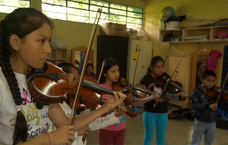 El grupo de niños que han utilizado el método Zuzuki. (Foto Prensa Libre: Josué León)