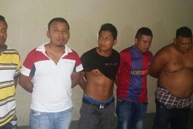 Los cinco capturados fueron trasladados a la subestación de la PNC en Sanarate, El Progreso. (Foto Prensa Libre: Hugo Oliva)