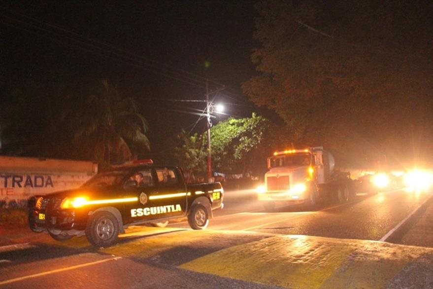 Cisternas con combustible se dirigen desde Puerto San José, Escuintla, hacia la capital y otros lugares. (Foto Prensa Libre: PNC)