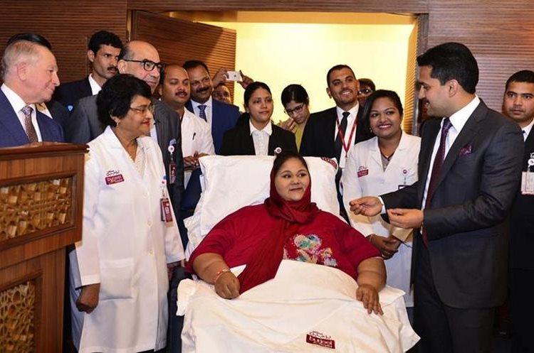Eman Abdul Atti habla con la doctora Shamsheer Vayalil, segunda izquierda, en el Hospital Burjeel de Abu Dhabi, Emiratos Árabes Unidos. (AP).