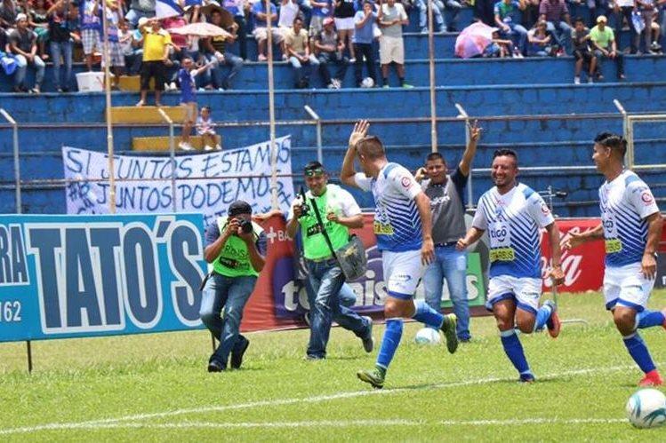 Daniel Guzmán celebra como Carlos Ruiz uno de sus goles contra Xelajú MC. (Foto Prensa Libre: Cristian Soto).
