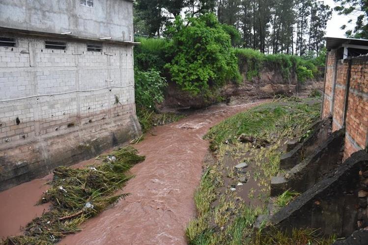 Río Chantiago se desbordó por acumulación de desechos sólidos. (Foto Prensa Libre: Mario Morales)