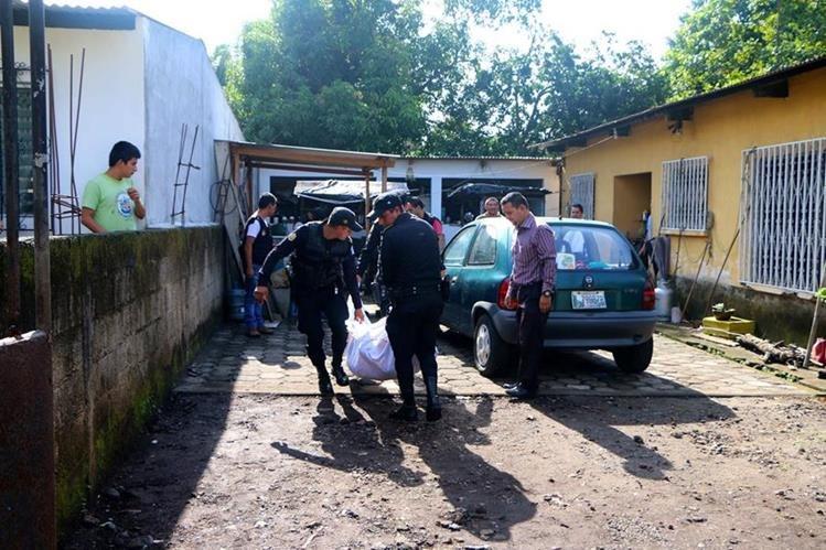 Agentes de la PNC retiran el cadáver del hombre que supuestamente robaba en una vivienda de la zona 4 de Retalhuleu. (Foto Prensa Libre: Rolando Miranda)