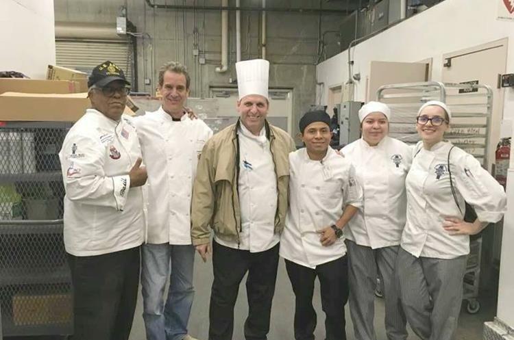 Osman trabaja junto a otros chefs profesionales y un equipo de cien personas.