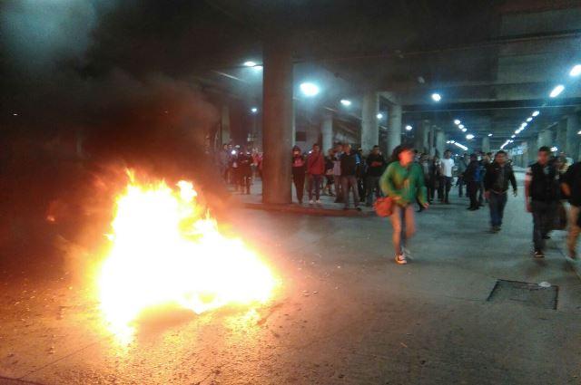 Decenas de usuarios corren debido a la quema de llantas. (Foto Prensa Libre: Gabriela López)