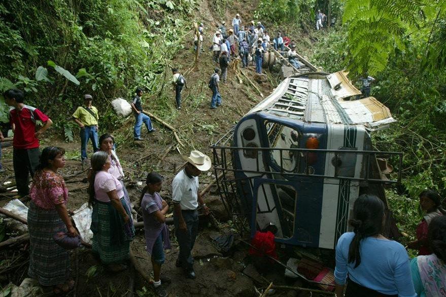 19/10/2006, pobladores observan el bus extraurbano que cayó a un barranco en Tajumulco, San Marcos. (Foto: Hemeroteca PL)