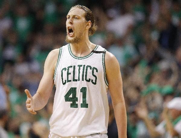 Kelly Olynyk, de Boston Celtics, celebra tras marcar en el partido contra Washington Wizards. (Foto Prensa Libre: EFE).