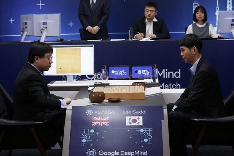 Lee Sedol, en la derecha, se prepara para realizar un movimiento en el tablero, durante la partida contra el sistema de Google (Foto Prensa Libre: AP).