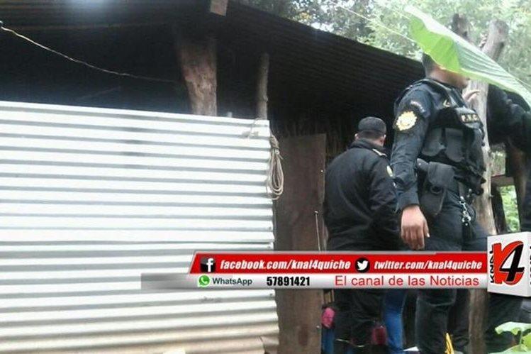 Autoridades catean vivienda del sindicado de haber dado muerte a su madre en Joyabaj, Quiché. (Foto Prensa Libre: @knal4quiche).