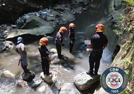 Bomberos rescataron el cadáver del hombre que se suicidó en el puente San Cristóbal. Foto Prensa Libre: Bomberos Municipales.