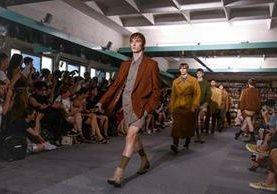 Modelos desfilan con creaciones de la colección para hombres Primavera/Verano 2018 del diseñador belga Dries Van Noten, durante la semana de la moda en París, Francia (Foto Prensa Libre: EFE)