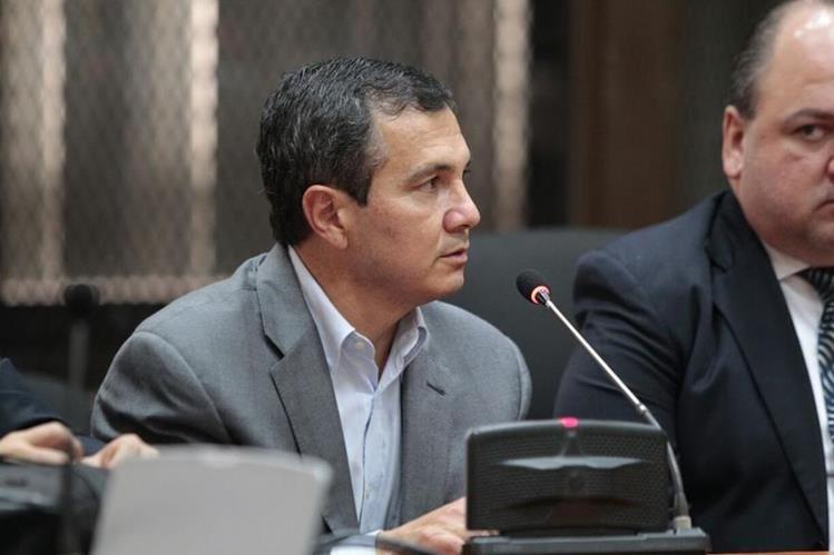 Álvaro Mayorga escucha el motivo de su detención en el Juzgado de Mayor Riesgo D. (Foto Prensa Libre: Carlos Hernández)