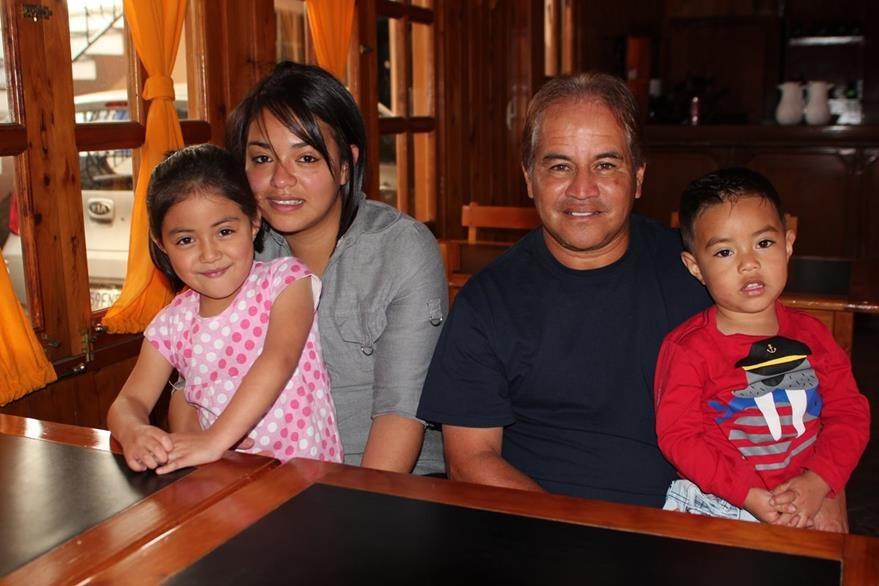 Lourdes Funes —esposa— y sus hijos Valentina y Sebastián apoyan a Sosa. (Foto Prensa Libre: Aroldo Marroquín)