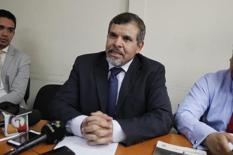 Expresidente del Bantrab, Sergio Hernández, durante declaraciones en la prensa. (Foto Prensa Libre: La Red)