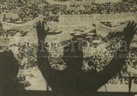 El presidente Lucas García se dirige a la multitud congregada frente al Palacio Nacional el 7/09/1980. (Foto: Hemeroteca PL)