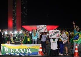 Brasileños celebran en las calles el anuncio de juicio contra Dilma Rousseff.