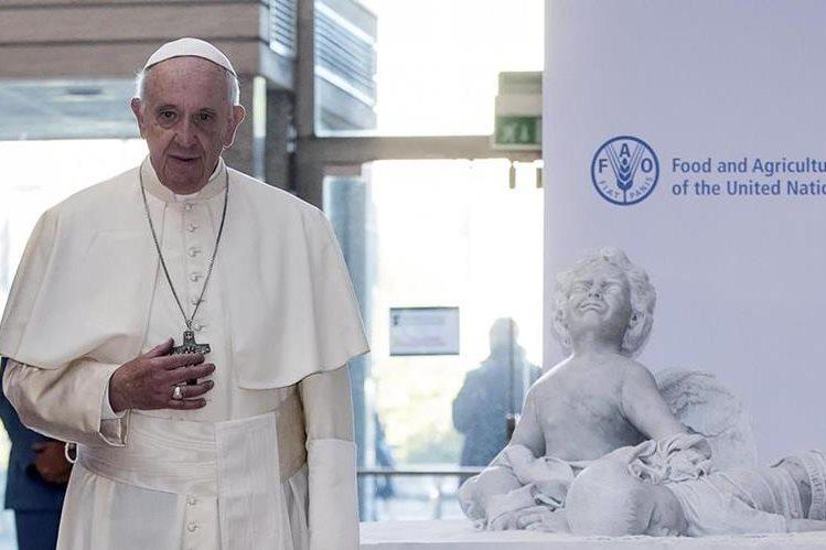 Papa Francisco posa junto a una estatua de Aylan Kurdi, el niño sirio que murió ahogado y que se convirtió en símbolo de la migración.