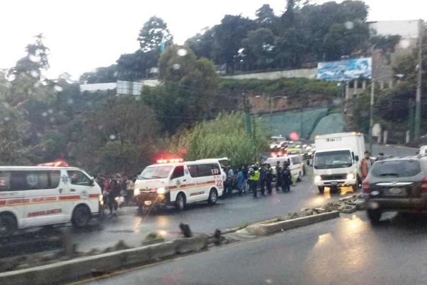 Bomberos Voluntarios y Municipales buscan al motorista que cayó al río. (Foto Prensa Libre: Oswaldo Ical)