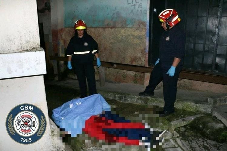 Los cadáveres de dos adolescentes con señales de violencia en Chinautla. (Foto Prensa Libre: CBM)