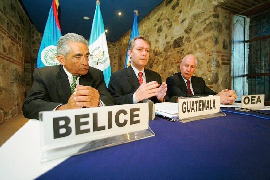 Assad Shoman, Canciller de Belice; Jorge Briz, Canciller de Guatemala y Raúl Lago, representante de la Organización de Estados Americanos OEA en una reunión en 2005. (Foto Prensa Libre: Hemeroteca)