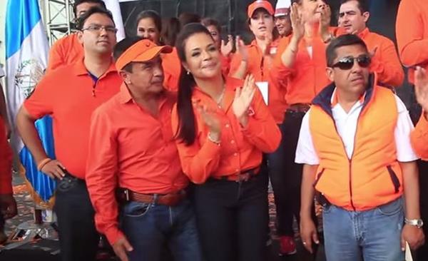 Roxana Baldetti aplaude durante la proclamación de Alejandro Sinibaldi como precandidato presidencial, el 21 de abril de 2014. (Foto Prensa Libre: Hemeroteca PL)