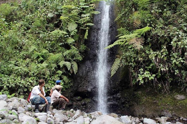 Durante el recorrido por el área boscosa de Loma Linda se pueden observar cataratas.FOTO PRENSA LIBRE / ROLANDO MIRANDA