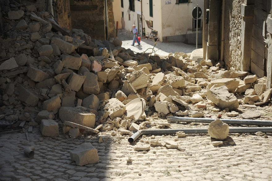 Un hombre camina en la plaza centra de Accumoli, otra de las zonas más devastadas por el terremoto en Italia. (Foto Prensa Libre: AFP).