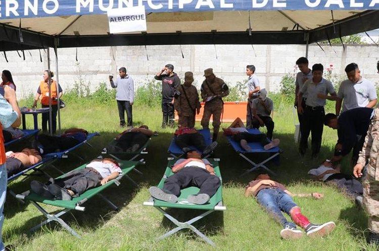 Más de 100 estudiantes participaron en el simulacro. (Foto Prensa Libre: Hugo Oliva)