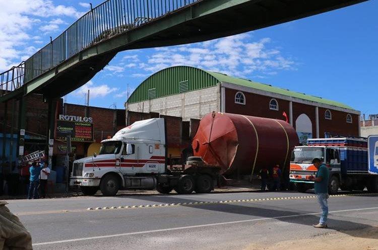 El paso 13 de diciembre una cisterna que era transportada en un camión, dañó la pasarela en el km 51, El Tejar, Chimaltenango. (Foto Prensa Libre: Víctor Chamalé)