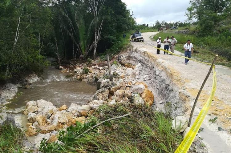 El arroyo El Pantanal se desbordó y colapsó el paso en la ruta de Cidabenque, en Melchor de Mencos. (Foto Prensa Libre: Rigoberto Escobar)
