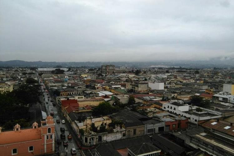 Ambiente lluvioso ha causado complicaciones de tránsito en la capital. (Foto Prensa Libre: Estuardo Paredes)