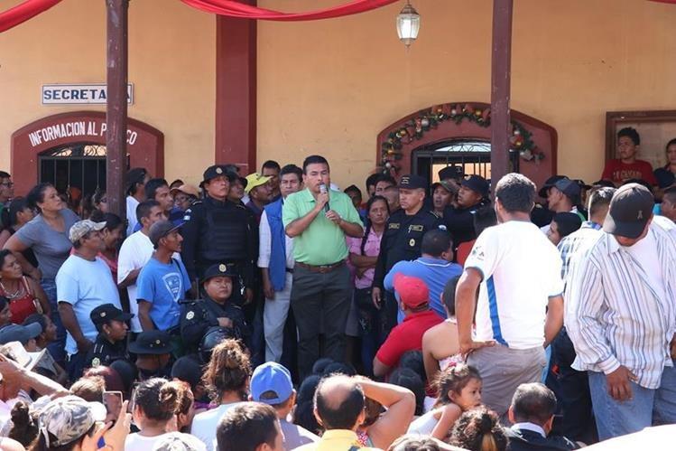 Ramón Soto fue resguardado por agentes de la Policía Nacional Civil para evitar cualquier manifestación. (Foto Prensa Libre: Enrique Paredes)