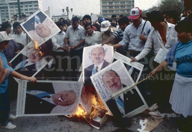 Protestas en la Plaza Central contra el golpista Jorge Serrano Elías, en mayo de 1993. (Foto: Hemeroteca PL)